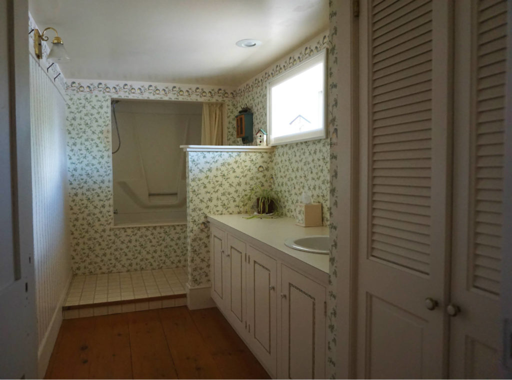 Upstairs Bathroom at the Barden Cobblestone Home in Penn Yan, New York
